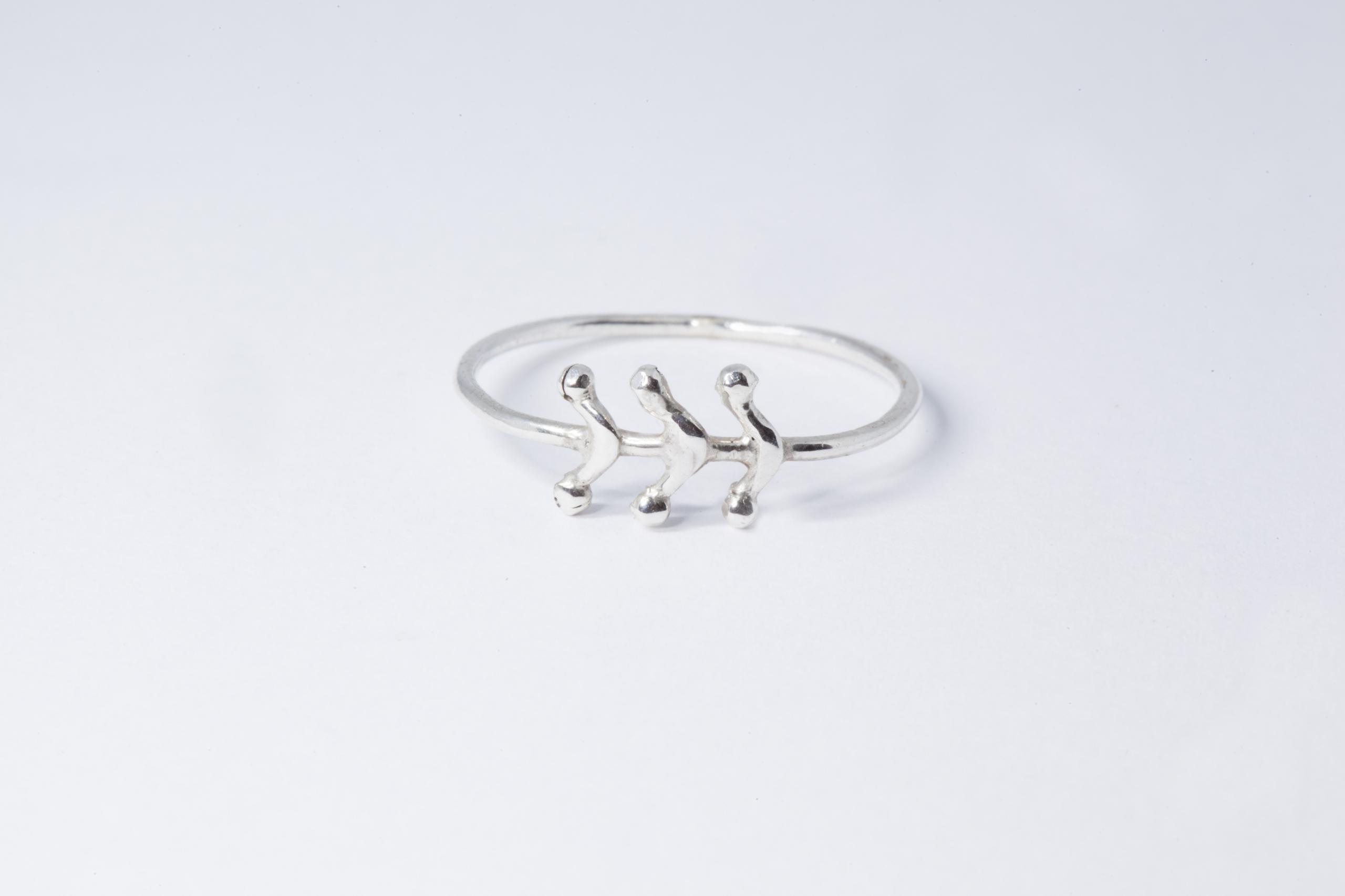 Anillo de hilo 1.2mm de grosor, con detalle de seis ramitas del mismo grosor